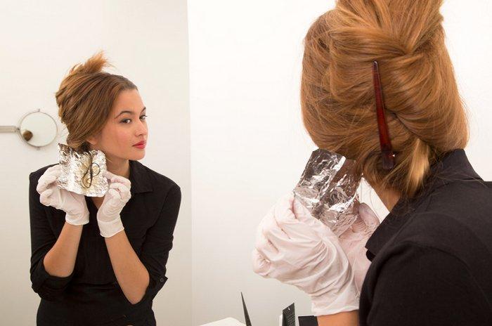 окрашивать волосы перед зеркалом