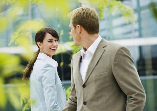 девушка с парнем знакомятся на улице